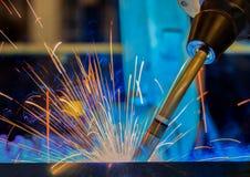 De industriële robot last assemblage automobieldeel in autofabriek stock foto