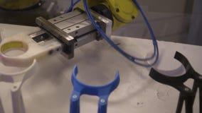 De industriële robot met dient de vorm van een klauw in stock videobeelden