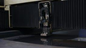 De industriële robotachtige delen van het de besnoeiingenmetaal van de lasersnijder stock videobeelden