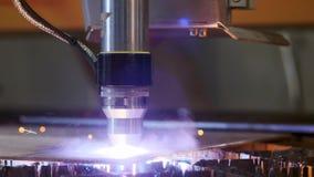 De industriële robotachtige lasersnijder snijdt metaaldelen met grote precisie enkel zoals een mes door boter stock video