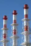 De industriële rook leidt diagonale mening door buizen Stock Fotografie