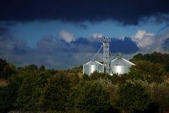 De industriële silo van metaal glanst in het licht in een landelijke landsc Royalty-vrije Stock Fotografie