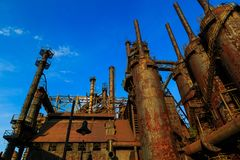 De industriële staalstapels roestten en kleurrijk na verloop van tijd in Bethlehem Pa op een de zomerdag Royalty-vrije Stock Afbeelding