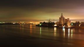 De industriële stad van de nacht die in de rivier wordt weerspiegeld Royalty-vrije Stock Foto