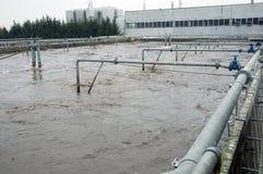 De industriële tanks van de behandelings van afvalwaterinstallatie royalty-vrije stock fotografie