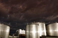 De industriële torens van de brandstofopslag Royalty-vrije Stock Afbeeldingen