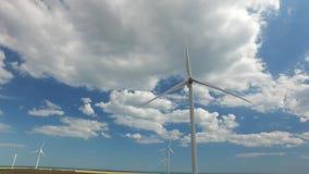 De industriële turbines van de windenergie de blauwe hemel in dikke witte wolken Luchtonderzoek stock video
