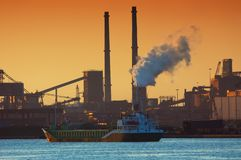 De industrie en zonsondergang stock foto