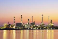 De industrie van de olieraffinaderij met schemeringhemel na zonsondergang in Chaopray Royalty-vrije Stock Fotografie