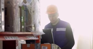 De industriearbeider die computer verschepend pakhuis gebruiken