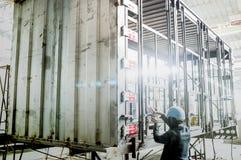 De industriearbeider met lassenstaal om containerstructuur te bouwen Stock Fotografie