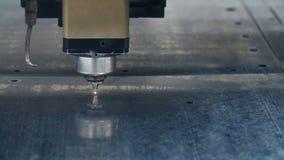 De industriemachine van de laser scherpe metaalbewerking bij fabriek Industrieel cnc plasma stock footage