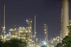 De industrienacht van de olieraffinaderij stock afbeelding