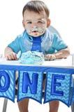 De ineenstortingscake van de jongens 1st verjaardag op gezicht Stock Afbeeldingen