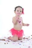 De ineenstortingsspruit van de cake: Slordig babymeisje die verjaardagscake eten! royalty-vrije stock afbeelding