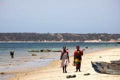 De infödda flickorna dekorerar deras framsidor, Amoronia den orange kusten, Madagascar Royaltyfri Fotografi