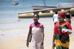 De infödda flickorna dekorerar deras framsidor, Amoronia den orange kusten, Madagascar Arkivbilder