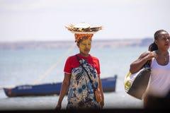 De infödda flickorna dekorerar deras framsidor, Amoronia den orange kusten, Madagascar Royaltyfri Foto