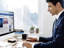 De Informatieconcept van zakenmanworking using computer stock fotografie