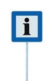De informatieverkeersteken in blauw, zwart I-brievenpictogram, wit kader, isoleerden signage van de kant van de weginformatie op  Stock Foto's