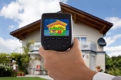 De Infrarode Thermische Camera van Person Detecting Heat Loss Using stock afbeelding