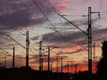 De infrastructuur van de spoorweg tegen de zonsonderganghemel Royalty-vrije Stock Afbeeldingen