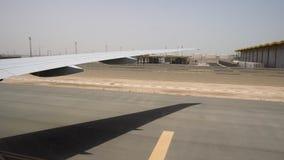De infrastructuur van de internationale luchthaven, mening van vliegtuigvenster De bewegingen van het passagiersvliegtuig langs d stock videobeelden