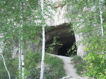 De ingang aan het hol Hol in de rots Stock Afbeeldingen