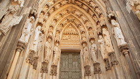 De ingang in de Kathedraal van Keulen in Duitsland stock video