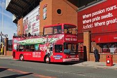 De ingang van de Clubkop van de Liverppolvoetbal met de Reisbus van Stadsexporer Anfield Royalty-vrije Stock Fotografie