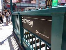 De Ingang van de de Stadsmetro van New York bij 34ste Straat en 7de Weg Stock Foto