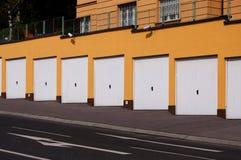 De ingang van de garage met veiligheidscamera's Stock Fotografie