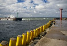 De ingang van de haven, twee bakens. stock foto