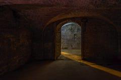 De ingang van de kelderruimte met een lichtstraal stock afbeeldingen