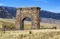 De Ingang van de steenoverwelfde galerij aan het Nationale Park van Yellowstone Stock Afbeelding