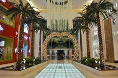 De ingang van de Yaswandelgalerij, de boog van de Bloemliefde, hangende bloemen, binnenpalmrijen royalty-vrije stock afbeeldingen