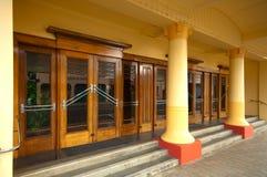 De houten deuren van het art deco stock foto afbeelding bestaande