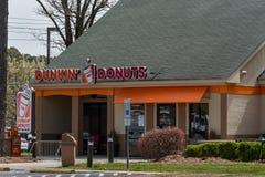 De ingang van het Dunkin` Donuts restaurant stock foto's