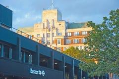 De ingang van het Eustonstation bij zonsondergang Royalty-vrije Stock Fotografie