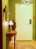 De ingang van het flatgebouw met koopflats. Royalty-vrije Stock Foto