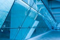 De ingang van het glas aan de moderne bouw