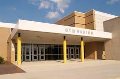 De ingang van het gymnasium voor een school stock afbeeldingen