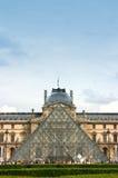 De ingang van het Museum van het Louvre Stock Foto's