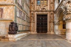 De ingang van het paleis van de doge royalty-vrije stock afbeeldingen
