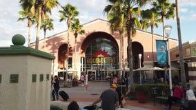 De ingang van het voedselhof in Orlando Vineland Premium Outlets stock video