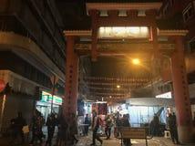 De ingang van de markt van de Tempelstraat, Yaumatei, Kowloon stock foto