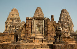 De ingang van Mebon van het oosten met torens en leeuwen Royalty-vrije Stock Afbeelding