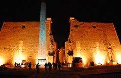 De ingang van Tempel Luxor bij nacht. Royalty-vrije Stock Afbeelding