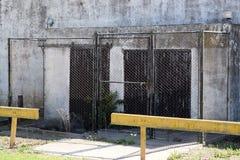 De ingang wordt gesloten door een rooster en een slot, is het verboden om binnen te gaan en de streek is bewaakt stock fotografie