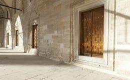 De ingangen die tot het hof van Suleymaniye-Moskee leiden Royalty-vrije Stock Fotografie